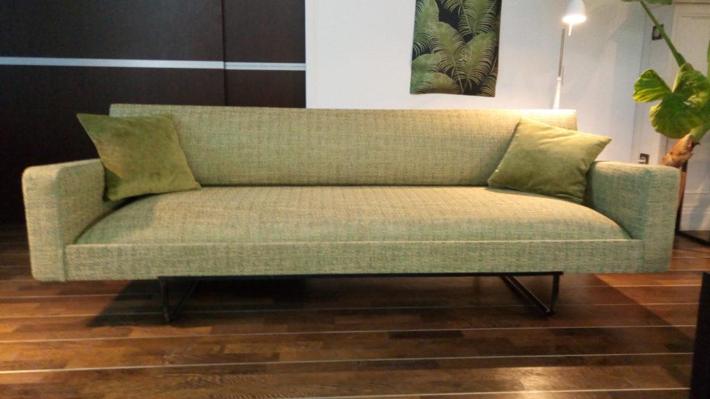 canapé et fauteuils Vintage rénové entièrement par l'atelier Le Vieux Beau tapissier d'ameublement à la Rochelle. Devis gratuit, nous mettons notre savoir faire à votre service.